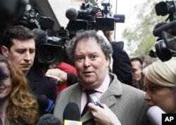 阿桑奇的代表律師在法庭外接受記者採訪