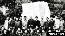 지난 1972년 납북된 오대양호의 선원들이 북한에서 찍은 단체사진.