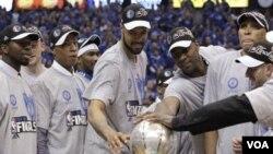 Para pemain Dallas Mavericks menatap piala Final Wilayah Barat setelah mengalahkan Oklahoma City Thunder 100-96 Rabu (25/5) di Dallas.