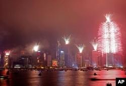 Feux d'artifice au port Victoria de Hong Kong