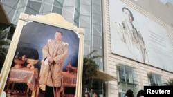 FILE - Portraits of Thailand's King Maha Vajiralongkorn Bodindradebayavarangkun and the late King Bhumibol Adulyadej are displayed at a department store in central Bangkok, Thailand.