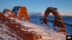 犹他州石拱国家公园石拱在落日余晖中(2010年12月31日)。