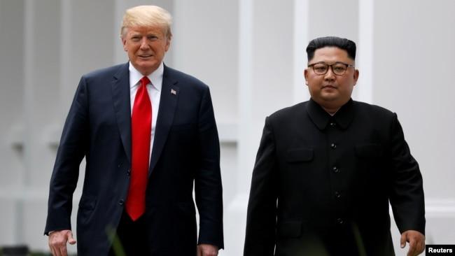 Tổng thống Hoa Kỳ Donald Trump (trái) và lãnh đạo Triều Tiên Kim Jong Un tại hội nghị thượng đỉnh lần đầu ở Singapore vào ngày 12/6/2018.
