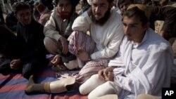 پاکستان میں امریکی ڈرون حملوں سے متاثرہ افراد اسلام آباد میں پارلیمنٹ کے سامنے ڈرون حملوں کے خلاف احتجاج کرتے ہوئے۔