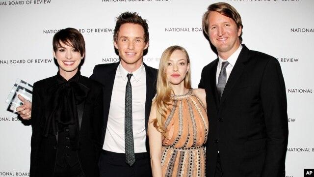 Các diễn viên trong phim Les Miserables: Anne Hathaway, Eddie Redmayne, Amanda Seyfried và đạo diễn Tom Hooper.