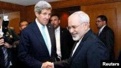 Menlu AS John Kerry berjabat tangan dengan Menlu Iran Mohammad Javad Zarif sebelum perundingan nuklir di Jenewa (foto: dok).