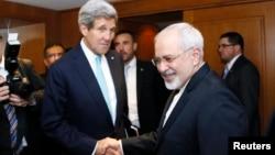무함마드 자바드 자리프 이란 외무장관(오른쪽)이 지난 1월 스위스 제네바에서 존 케리 미국 국무장관과 회담에 앞서 악수하고 있다. (자료사진)