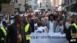 Les membres de la famille de Naomi Musenga (de gauche à droite), son père Mukole, sa mère Honorine et son frère Gloire Musenga participent à une marche silencieuse à Strasbourg, le 16 mai 2018.