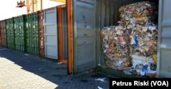 Deretan kontainer berisi sampah kertas bercampur plastik asal Australia di Terminal Petikemas Surabaya (Foto:VOA/Petrus Riski).