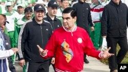 Turkmaniston Prezidenti Qurbonguli Berdimuhammedov yangi sport majmuasining ochilish marosimida, 2017-yil, 7-aprel