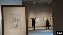 В зале выставки. На переднем плане работа Дюрера «Автопортрет с этюдами руки и подушки». Photo: Oleg Sulkin