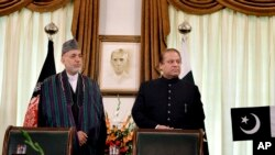 Afghan President Hamid Karzai, left, and Pakistani Prime Minister Nawaz Sharif agreement signing ceremony, Islamabad, Aug. 26, 2013.