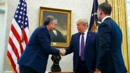 El presidente Donald Trump, acompañado por el secretario interino del Departamento de Seguridad Nacional Kevin McAleenan, derecha, estrecha la mano del ministro de Gobernación guatemalteco Enrique Degenhart en la Oficina Oval de la Casa Blanca en Washington, el viernes.