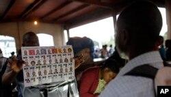 Des agents électoraux comptant les bulletins dans un bureau de vote, Port-au-Prince, Haiti, le 20 novembre 2016.