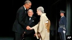 El presidente Obama es recibido por el emperador Akihito (centro) y la emperatriz Michiko, durante una cena de estado en el Palacio Imperial de Tokio.