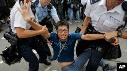 Cảnh sát lôi người biểu tình ra khỏi khuôn viên trụ sở củatrưởng quan hành chánh Lương Chấn Anh ở Hong Kong, ngày 3/10/2014.