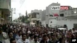 录像显示示威者涌上叙利亚城市哈马街头,举行反政府游行
