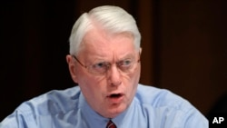 ARSIP - Senator Jim Bunning, R-Ky, berbicara dalam rapat komite di Capitol Hill di Washington, 22 September 2009 (foto: AP Photo/Susan Walsh)