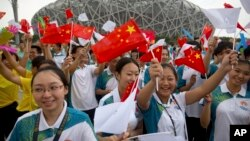 베이징이 오는 2022년 동계올림픽 개최지로 선정된 31일 베이징 올림픽 주경기장 앞에 모인 관계자들이 환호하고 있다.