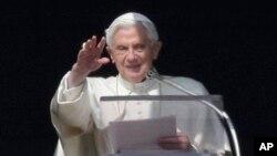 17일 성베드로 광장에 모인 군중에게 인사하는 교황 베네딕토 16세