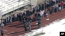 Hình ảnh từ video do đài Fox 31 Denver quay lại hiện trường xảy ra vụ nổ súng. (AP Photo/KDVR)