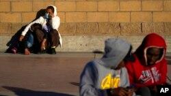 寻求避难者在墨西哥蒂华纳等待美国移民政策变化的消息。