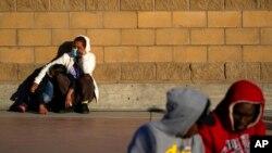 Pencari suaka menunggu kabar perubahan kebijakan di perbatasan di Tijuana, Meksiko. Setelah menunggu berbulan-bulan di Meksiko, orang-orang yang mencari suaka di AS diizinkan masuk ke negara itu mulai 19 Februari 2021. (Foto: AP)