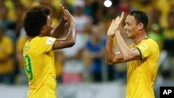 Ricardo Oliveira (derecha) celebra con Willian uno de los tres goles contra Venezuela.