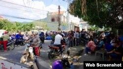 Người dân trập trung trước trụ sở UBDN xã Mỹ Thọ để yêu cầu thả người. Ảnh VNExpress