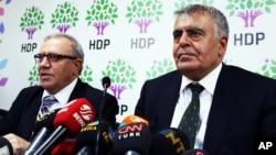 Ali Haydar Konca (kiri) dan Muslum Dogan, berbicara kepada media di Ankara usai menyatakan mundur dari kabinet Turki, Selasa (22/9).