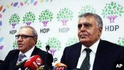 Avropa İttifaqı ilə işlər üzrə nazir Əli Haydar Konca (solda) və İnkişaf naziri Müslüm Doğan