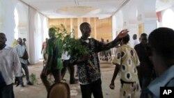 Para pengunjuk rasa menguasai istana presiden Mali dan menyerang Presiden sementara Dioncounda Traore di Bamako, Mali (21/5).