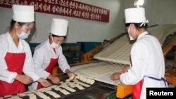 지난 2008년 8월 북한 강원도 문천의 식품 공장에서 유엔 산하 세계식량계획(WFP)의 지원으로 영양강화식품을 생산하고 있다. (자료사진)