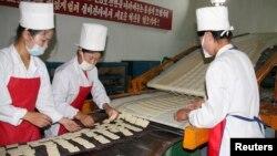북한 강원도 문천의 식품 공장에서 유엔 산하 세계식량계획이 지원한 영양강화식품을 생산하고 있다. (자료사진)