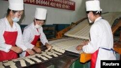 지난 2008년 8월 북한 강원도 문천의 식품 공장에서 유엔 산하 세계식량계획의 지원으로 영양강화식품을 생산하고 있다. (자료사진)