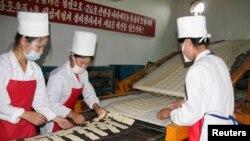 북한 강원도 문천의 식품 공장에서 유엔 산하 세계식량계획의 지원으로 영양강화식품을 생산하고 있다. (자료사진)