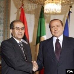 Kepala Dewan Transisi Nasional Libya, Mahmoud Jibril (kiri) bertemu PM Italia Silvio Berlusconi di Milan, Italia (25/8).
