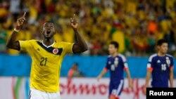 24일 브라질 쿠이아바에서 열린 월드컵 C조 콜롬비아와 일본의 경기에서 콜롬비아의 잭슨 마르티네스(왼쪽)가 자신의 두 번째 골을 넣은 후 기뻐하고 있다.