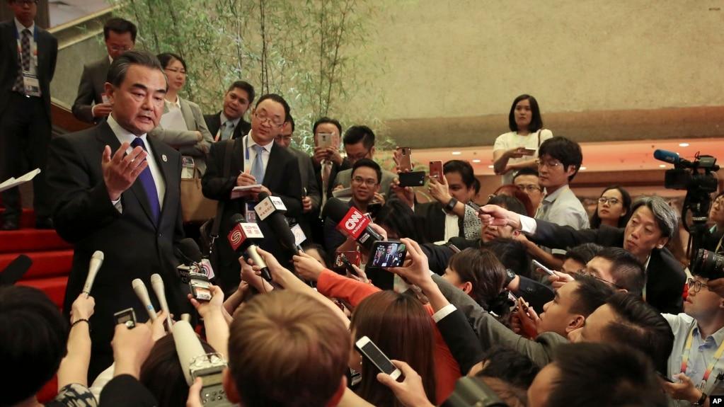 Ngoại trưởng Trung Quốc Vương Nghị trả lời báo chí bên lề hội nghị các ngoại trưởng ASEAN hôm 6/8. Trung Quốc đang muốn gây ảnh hưởng lên ASEAN về vấn đề biển Đông khi Singapore làm chủ tịch luân phiên.