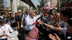 태국 반정부 시위대 대표 수텝 타욱수반 전 총리가 지난 3일 지지자들로부터 기부금을 걷고 있다.