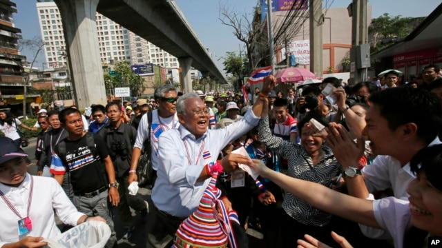 Anti-government protest leader Suthep Thaugsuban collects donation from supporters during a march through Bangkok, Thailand, Feb. 3, 2014.