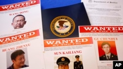 Tài liệu của Sở Tư pháp Hoa Kỳ tại một cuộc họp báo để thông báo rằng một bồi thẩm đoàn Mỹ đã FILE - Trong ngày 19 Tháng Năm năm 2014, bức ảnh tập tin, tài liệu báo chí được hiển thị trên một bảng của Sở Tư pháp tại Washington, trước khi Tổng chưởng lý Eric Holder đã đến nói chuyện tại một cuộc họp báo để công bố rằng Mỹ bồi thẩm đoàn đã kết tội năm tin tặc Trung Quốc về tội gián điệp kinh tế và ăn cắp bí mật thương mại.
