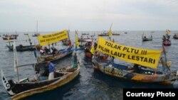 Para nelayan menyambut kapal Rainbow Warrior milik Greenpeace yang mampir di perairan Batang, Jawa Tengah awal Juni sambil menolak pendirian PLTU Batang. (Foto: LBH Semarang)