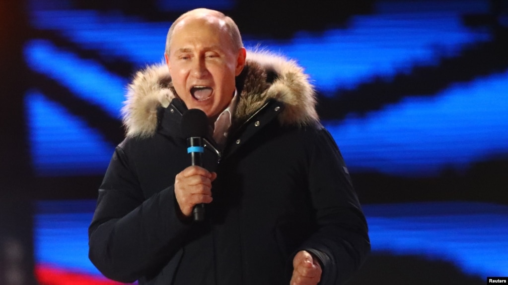 TT Nga Vladimir Putin đọc diễn văn trong một cuộc tuần hành và hòa nhạc đánh dấu kỷ niệm năm thứ Tư ngày sáp nhập bán đảo Crimé, tại quảng trường Manezhnaya ở trung tâm Moscow, Nga ngày 18/3/2018. REUTERS/David Mdzinarishvili -