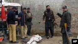 班努鎮警方檢視被擊斃者屍體
