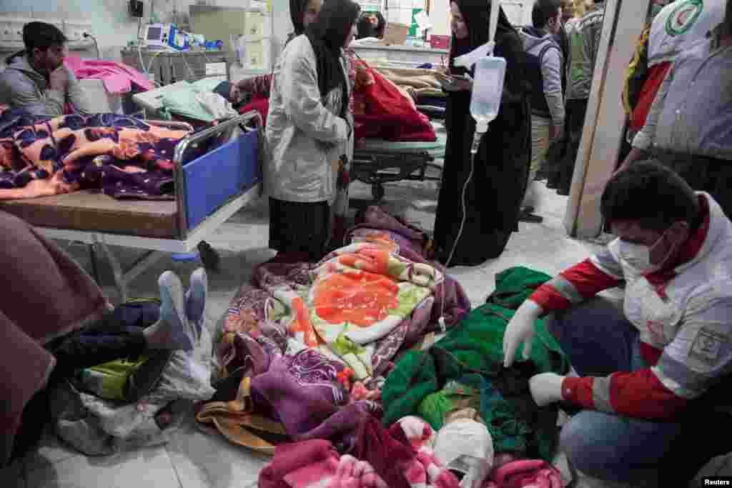 Des personnes sont soignées à la suite d'un tremblement de terre dans le comté de Sarpol-e Zahab à Kermanshah, en Iran, le 13 novembre 2017.
