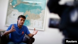 Leopoldo López habla durante una entrevista con la agencia Reuters en Caracas. López dijo en un video que se entregará a las autoridades venezolanas.