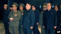 김정일 국방위원장이 후계자 김정은(사진중앙)을 동행하고 새로 건설된 평양 국립연극극장에서 현지지도하는 장면