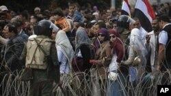 Masu zanga zangar kin jinin shugaba Hosni Mubarak a dandalin 'yanci yau Lahadi.