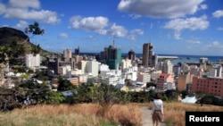 Une vue de Port-Louis, prise de hauteur sur une colline de Maurice.